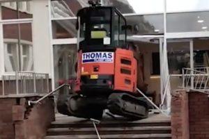 Vidéo Un ouvrier qui n'a pas été payé utilise une pelleteuse pour détruire la réception d'un hôtel