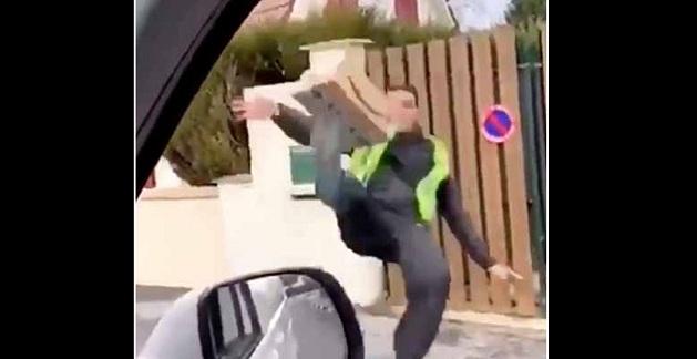 Des livreurs en train de balancer les colis à coups de pied en France