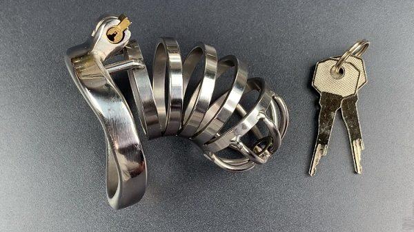VIDÉO : Il ouvre le cadenas d'une cage de chasteté avec une capote