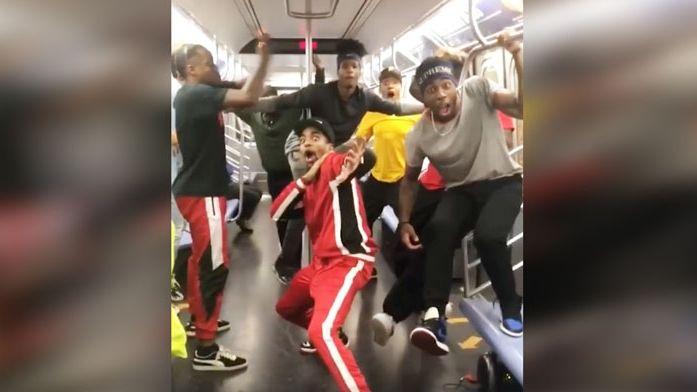 Kid The Wiz et WAFFLE crew dansent dans le métro à New York