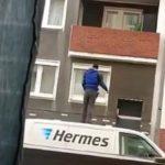 Un livreur jette un colis dans un balcon alors qu'il se tenait sur le toit de sa camionnette