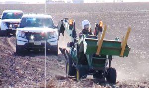 Une course poursuite entre la police et un homme conduisant un tracteur