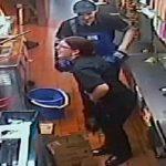 Une employée de McDonald's glisse et tombe dans un seau d'huile bouillante à 160°C!