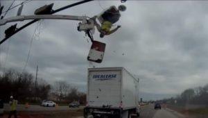 Ce camion percute un homme qui travaille dans une nacelle élévatrice
