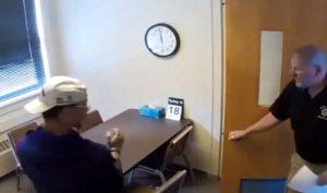 Ce jeune homme menotté réussi à fuir en sautant par la fenêtre du commissariat