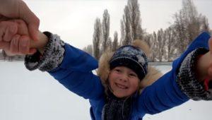 Ce papa tourne et jette dans la neige sa petite fille