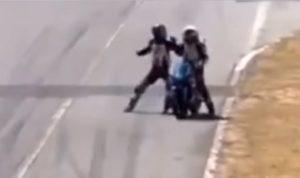 Incroyable : Ce pilote grimpe sur la moto de son adversaire en plein course