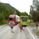 Les freins puissants de ce camion sauvent la vie d'un enfant en Norvège