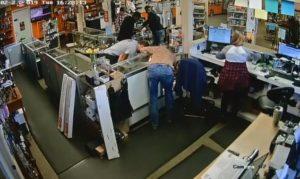 Les vendeurs d'une armurerie ont attrapé des voleurs d'arme !