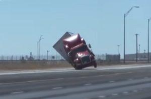 Les vents violents renversent un Camion sur une autoroute