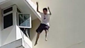 Un Adolescent sauvé par le matelas gonflable des pompiers quand il tombe d'un balcon