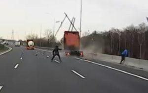 Un camion tracteur percute une fourgonnette qui s'est garé sur la bande d'arrêt d'urgence