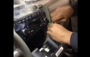 VIDÉO : Un garagiste retire un autoradio en train de prendre feu !