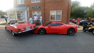 Une femme recule avec sa Mercedes et percute une Ferrari 458... Et ça va coûter cher
