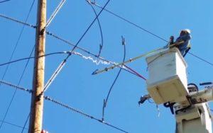 Ces électriciens coupent une ligne haute tension : Arc électrique spectaculaire.