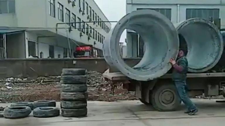 Déchargement de tuyaux en béton sans grue