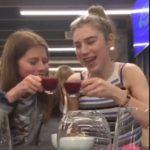 Elles boivent un verre de jus de fruits rouges