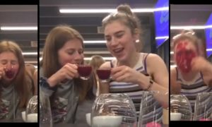 Elles boivent un verre de jus de fruits rouges