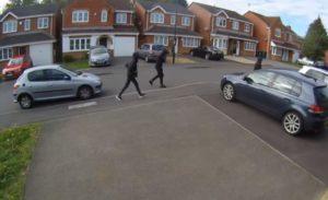 Un brave voisin bloque le chemin des voleurs de voitures avec sa Range Rover 4x4, puis les poursuit