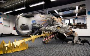 Un dragon cracheur de feu en papier