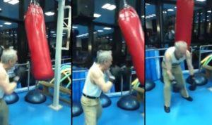 Un papy, nous montre ses exercices sur un sac de frappe