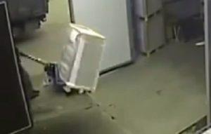 Il s'envole dans un accident de transpalette dans un entrepôt