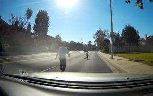 Un automobiliste va récupérer un enfant en bas âge qui joue au ballon au milieu de la route