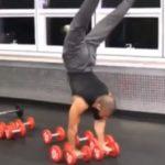 Ce bodybuildeur fait des acrobaties en utilisant les haltères