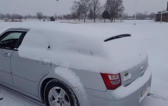 Il utilise son caisson de basse pour déneiger sa voiture