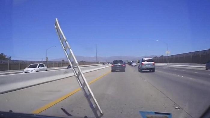 Une échelle volante s'écrase sur le pare-brise d'une voiture
