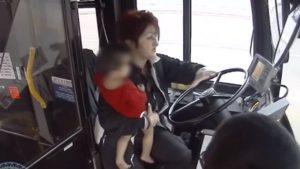 Femme chauffeur d'autobus sauve un bébé