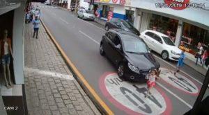 Une fillette traverse devant une voiture qui roule trop vite dans une rue