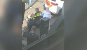 Un individu saute sur les policiers pour aider un suspect interpellé dans la rue