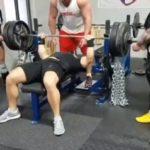 Un kilo de plus sur la barre de ce bodybuildeur et c'est le drame