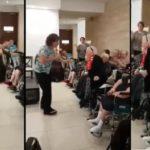 Une mamie fait une surprise à un chanteur à la maison de retraite !