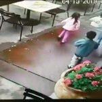 Une mère et ses enfants ont échappé à une voiture en sortant d'un restaurant