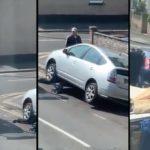 Ils volent une pièce sur une voiture à l'aide d'un cric rouleur