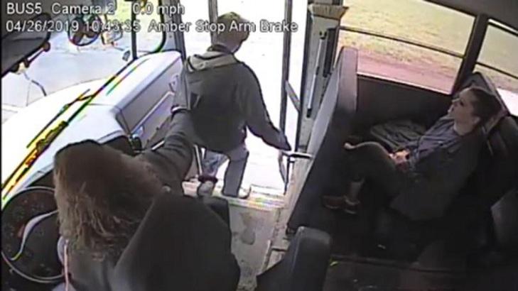 Conductrice d'autobus attrape un élève alors qu'une voiture avance à toute vitesse