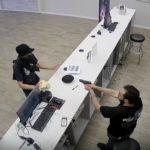 Un agresseur avec une machette tombe sur un employé armé