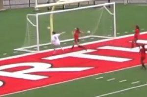 Une attaquante seule face au but vide. Elle rate le cadre !