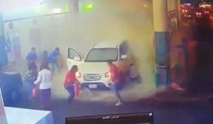 Les employés d'une station-service éteignent les flammes héroïquement