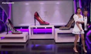Des femmes se faisant passer pour des chaussures géantes