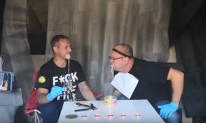 Ils mangent une boîte du Surströmming dégoûtante