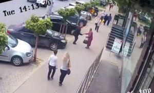 Il frappe une femme âgée après l'avoir vue donner de l'argent à un mendiant