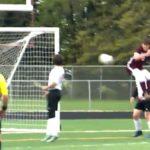 Un footballeur marque un but avec ses fesses