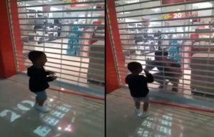Un papa fait semblant qu'il est enfermé dans un magasin