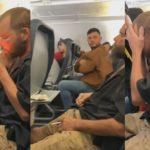 Un passager idiot allume une cigarette dans un avion