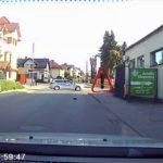 Les policiers bloquent la route pour que les hérissons puissent traverser en toute sécurité