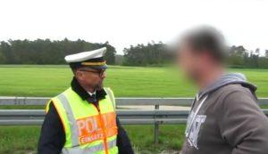 Un policier allemand donne un leçon aux conducteurs curieux qui ont pris des photos d'un accident de voiture