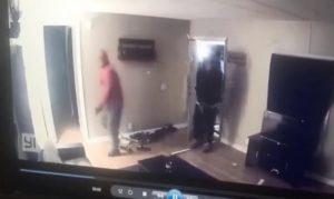 Le propriétaire d'une maison tire sur les intrus